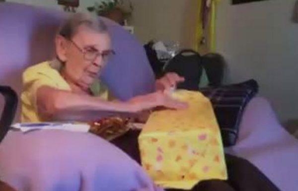 לא תאמינו עד כמה הייתה מרגשת תגובת הקשישה כשפתחה את מתנת יום ההולדת