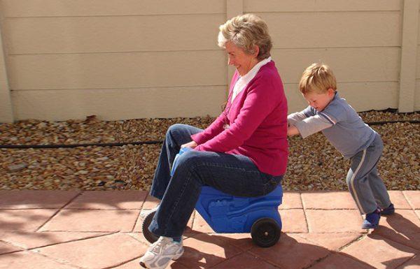 מחקר חדש גילה שלסבא וסבתא מומלץ לעשות בייביסיטר לנכדים שלהם