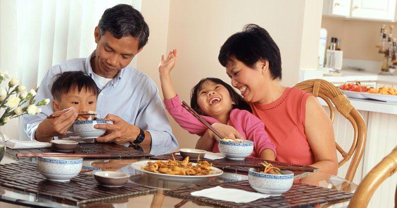 ארוחות משפחתיות על בסיס קבוע עוזרות להתפתחות ילדיכם