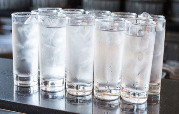 מדוע שתיית מים עם קרח כל כך מסוכנת עבורך?