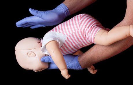 כך תצילו את התינוק מחנק, תוך 3 דקות בעזרת 2 פעולות פשוטות