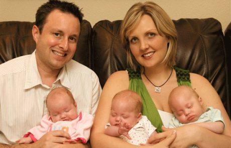 ההורים החזיקו את שלושת ילדיהם המתים על ברכיהם ושנה אחת לאחר מכן, הם מחזיקים אותם שוב בזרועותיהם.
